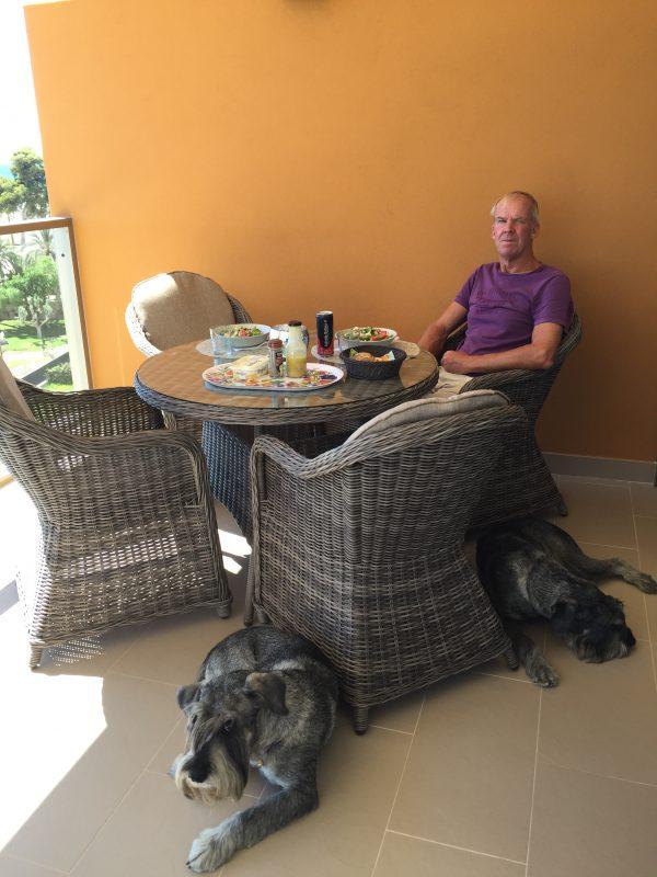 Frukost och killarna väntar på spansk pastej, den går inte av för hackor!!