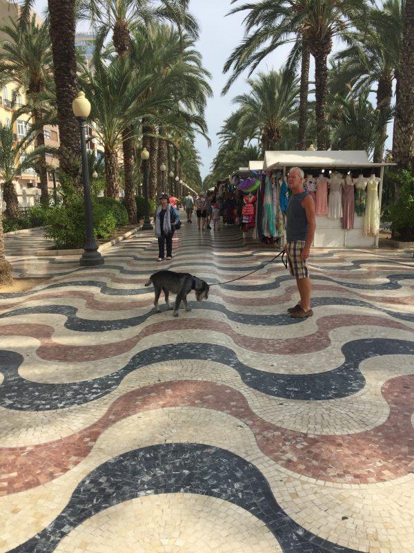 Det blev en till tur till Alicante, riktigt konstiga plattor på promenaden