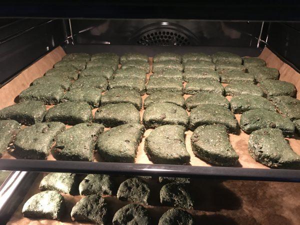 Lite leverkex har vi bakat, denna gång blev dom giftigt gröna tack vare 2 msk spirulinapulver!